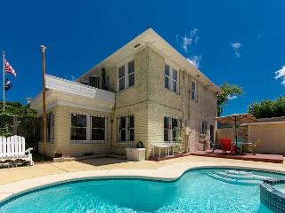 3BR/2.5BA Charming Home w/Private Saltwater Pool Oasis! Winter Texans Welcome, Corpus Christi