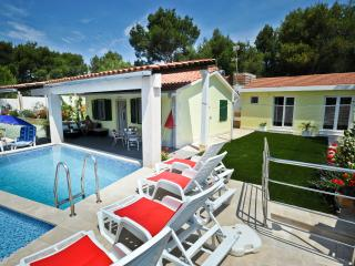 Secluded & private house with pool- 200 from sea, Milna