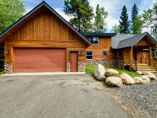 Cabin with huge deck, near lakes, quiet location, McCall