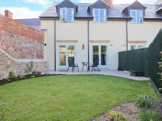 THE BAKERY, woodburning stove, king-size bed, garden with furniutre, close to harbour, Ref 906850 - Somerset vacation rentals