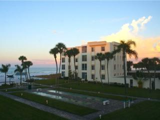300ft from the beach, heated pool & game rm - 11 South, Siesta Key