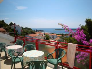 3 bedroom apartment for 10 pax with nice seaview, Hvar