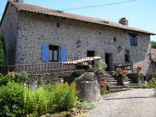 L'Herminette cottage with shared pool., Busserolles