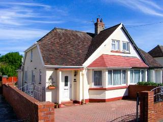 DUNROMIN, en-suite, WiFi, garden furniture, close to beach, Ref 904604, Llandudno
