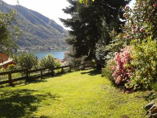 Cozy house with lake view, Omegna