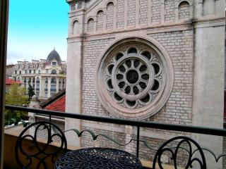 Conveniently located Nice apartment with 2 bedroom s and balcony, sleeps 6