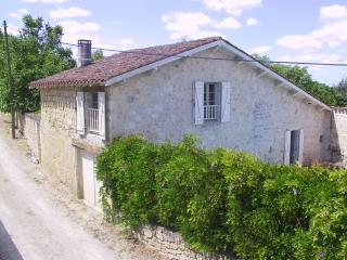 Stone cottage by castle; garden; pool; sleeps 5, Larressingle