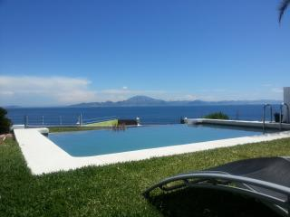 Private villa with pool, jacuzzi and superb views, Algeciras