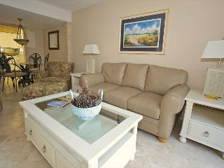 Beautifully renovated and cozy overlooking the pool. Steps to the beach., Hilton Head