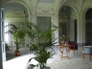A magnificent hall will welcome you at villa Di Lupo Parra
