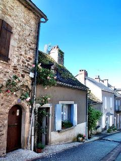 Situated right in the heart of Najac, a short stroll from restaurants, boulangerie,epicerie and more