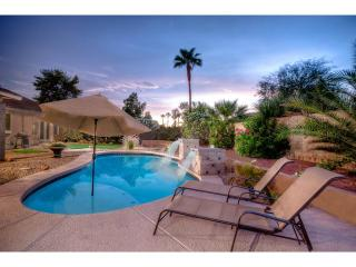 Prime Location- 2 Masters- Nice Pool- Resort Yard, Scottsdale