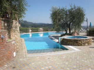 18thcent.stone farmhouse-fantastic pool & overlook, Massarosa