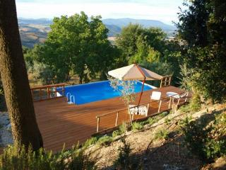 Lovely Tuscan village cottage with outdoor pool, terrace and solarium, Casole d'Elsa