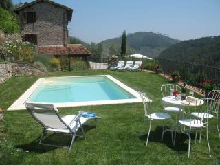 Gorgeous farmhouse in the Tuscan hills, private pool, terrace and majestic views, sleeps 8, Sant'Andrea di Compito