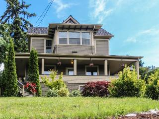 Pet-friendly 3BR home w/veranda; walk downtown, Hood River