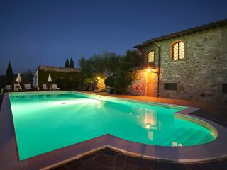Farmhouse close to Florence, 2 bedrooms, shared outdoor pool, brilliant views, Greve in Chianti