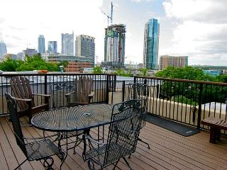 Gorgeous 6th Street Condo - Private Roof Top Deck! Walk to Downtown!, Austin