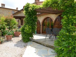 Stunning farmhouse apartment located between Tuscan cities of San Gimignano and Volterra, shared pool, private garden, sleeps 6