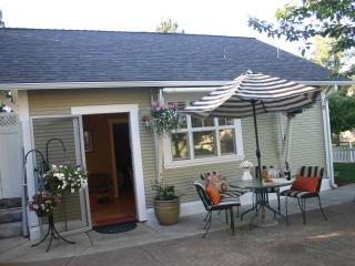2 Beautiful 2 bedroom 1 bath cottage with kitchen. - Ashland vacation rentals