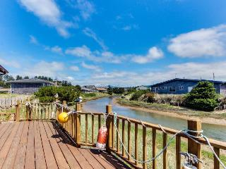 3BR home w/river access; deck; shared pool & fitness center, Waldport