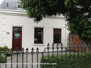 Charming Town House Within A 15 Minutes Bus Ride To The City/Downtown, Dublín