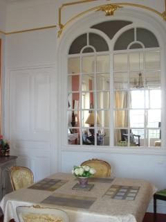 Dining area - table extends to take up to 12 guests!