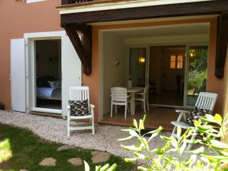 apartment in a holiday village, wave pool, and spa, Grimaud