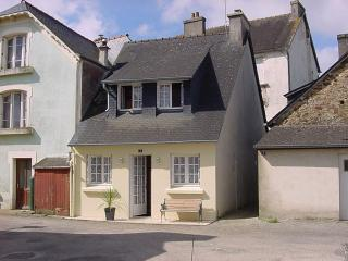 Lovely cottage with log fire, Chateaulin