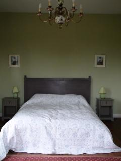 Spacious king bedroom with additional single bed for flexibility