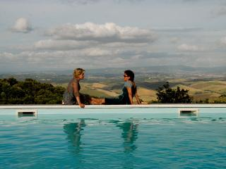Tuscan famhouse apartment in astounding country setting with pool access, sleeps 6, Casciana Terme