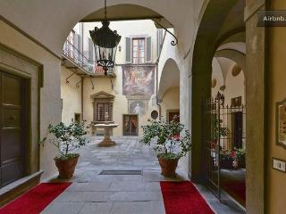 Three bedroom flat in historic central Florence building