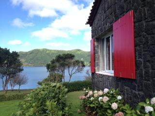 Holiday Rentals - LAKE COTTAGE, Ponta Delgada
