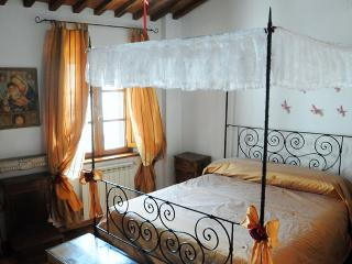 2 bedroom apartment for rent in Lucca, steps from shops and sights