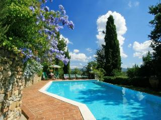 Pretty Tuscan cottage surrounded by stunning hills with private pool and terrace, sleeps up to 5, Casole d'Elsa
