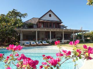 4-bedroom Main House with pool plus 2-bedroom Cottage with large Jacuzzi, Runaway Bay