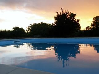 Idyllic Country Cottage and Stunning Swimming Pool, Saint-Jean-d'Angely