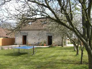 La Joie du Muguet, country cottage & private pool, Noyant