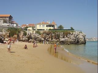 Parede-Cascais near the beach and train, with wifi
