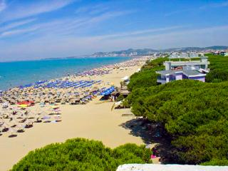 Absolute Beachfront APT, 180° WOW!! Seaview, Pool, Durres