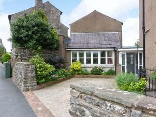 PEEL COTTAGE, woodburning stove, WiFi, outdoor area with garden bench, Ref 29839, Kirkby Lonsdale
