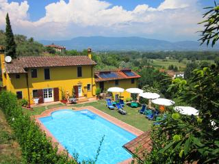 Colourful Tuscan farmhouse with amzing views, private swimming pool and garden, Capannori