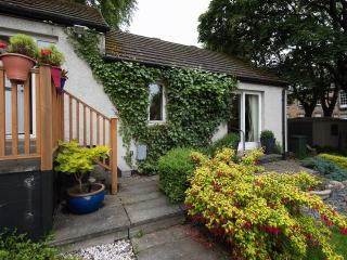 Cosy, traditional cottage with garden and parking., Midlothian