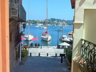 Lovely Villefranche Old Town holiday apartment with private balcony, Villefranche-sur-Mer