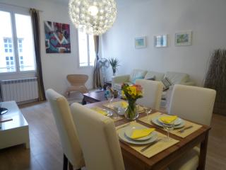 Brand new 3 bedroom apartment in Nice Old Town, close to beach and city attractions, sleeps up to 8