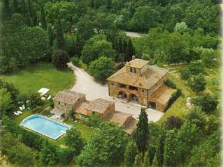 Secluded villa with private pool. 7 medrooms, Lucignano