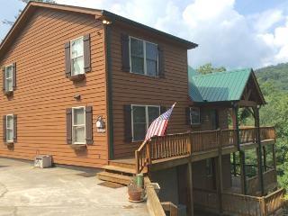 Beautiful cabin home tucked away on a serene mountainside in Townsend!