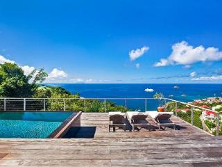 Newly renovated Island View Villa with large sunny deck, pool & sunset views, Lurin