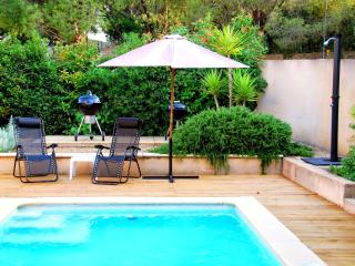Villa w/ private garden, heated pool, wifi, Roujan