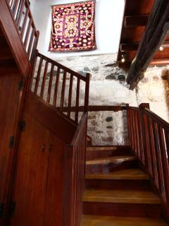 Very easy stair case leading to upstairs bedrooms